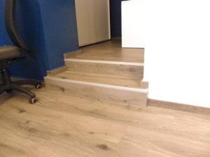 pavimento e scalini agenzia viaggi